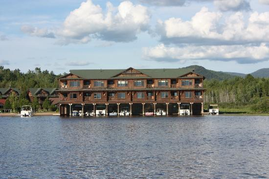 Ampersand Bay Resort and Boat Club: Apartments from the lake (we had the one on the left corner)