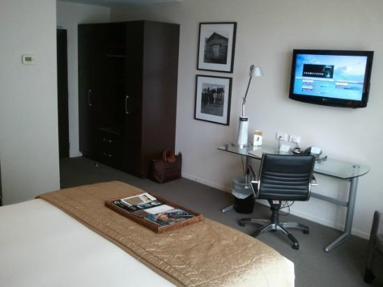 Rydges Auckland: Spacious desk and wardrobe