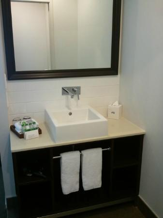 Rydges Auckland: Bathroom