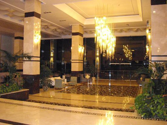 Hilton Bodrum Turkbuku Resort & Spa: Lobby at night
