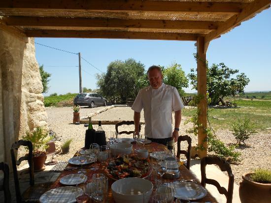 Domaine La Veronique: Chef Pierre preparing the table for lunch
