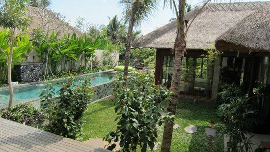Luwak Ubud Villas: Blick in den Garten- und Poolbereich