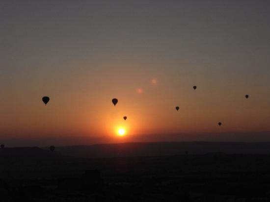 Takaev Cave Hotel & Guest House: Balloons are floating in the air