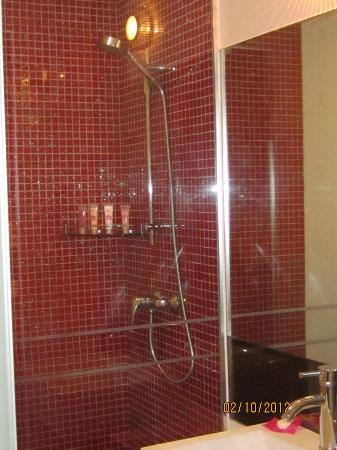 โรงแรมเร: Bathroom with glitter tiles