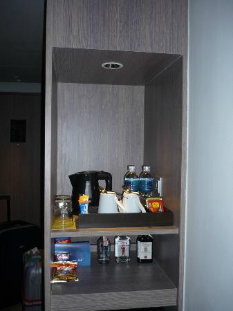 Novotel Bangkok Platinum Pratunam: Coffee/Tea making facilities, complimentary bottled water