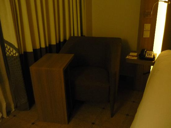 Novotel Bangkok Platinum Pratunam: A small couch and a coffee table in our room