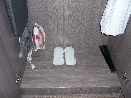 Novotel Bangkok Platinum Pratunam: slippers, ironning board and an iron can be found in the cupboard