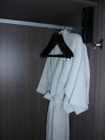 Novotel Bangkok Platinum Pratunam : robes in the wardrobe
