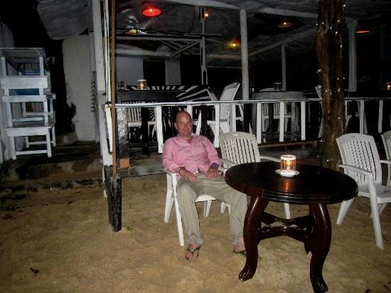 SurfCity Guesthouse: Night time shot of the bar with Rob