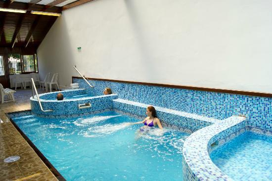 Hotel Argentina: Piscina climatizada con hidromasajes, mas atrás se ve el jacuzzi que también tiene hidromasajes