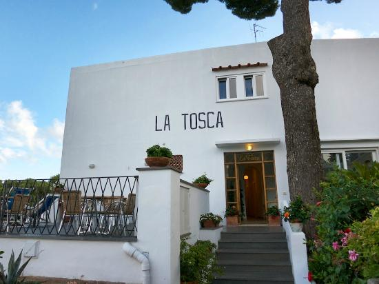 Hotel La Tosca : Entrance of hotel with breakfast terrace seen on the left