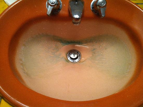 Days Inn Tamworth: This is what the sink looked like when we got into the room this is not from us!!!