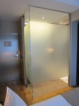 Chiado Hotel Restaurant Bar : Glass Bathroom