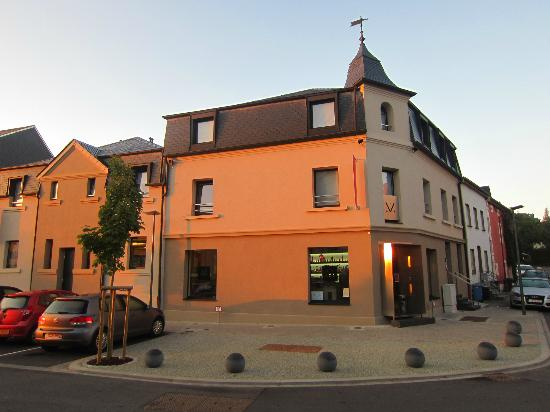 Chiado Hotel Restaurant Bar : Hotel from Rue des Alliés