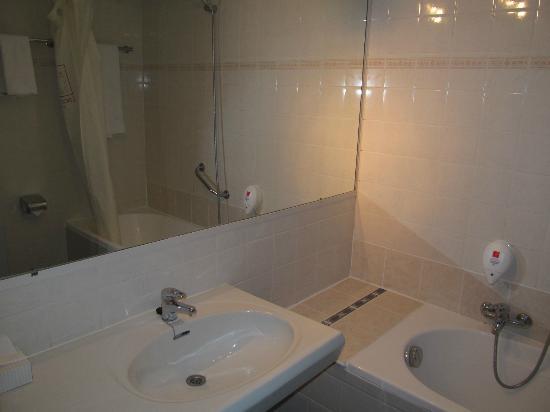 Leonardo Hotel Charleroi City Center : Leonardo Hotel Charleroi Bathroom