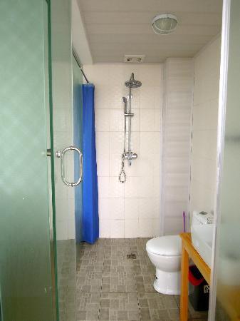 Qing Kong: Bathroom/showers