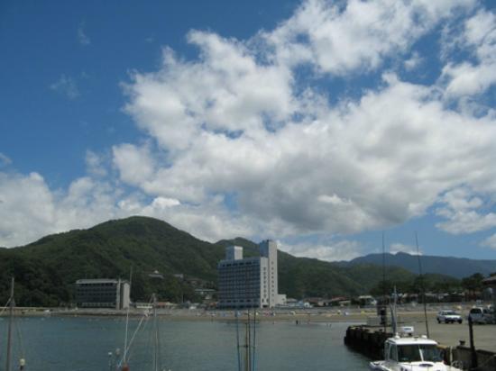 Izu Matsuzakiso : お宿前の海(左がまつざき荘)