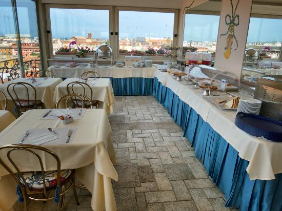 Marcella Royal Hotel: Rooftop breakfast terrace