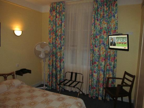 Hotel De La Cloche room with bed/TV