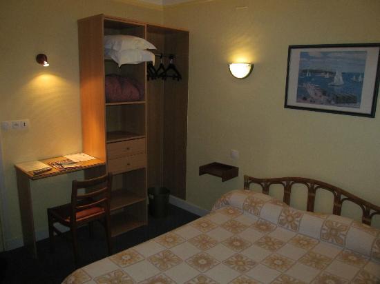 Hotel De La Cloche room with bed/desk