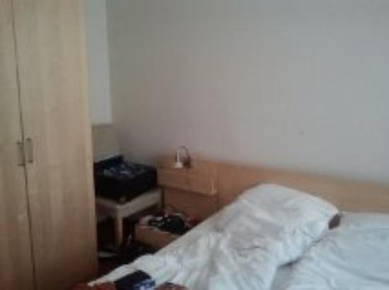 Novum Hotel Lichtburg am Kurfuerstendamm: Stuhl, Schrank und Bett