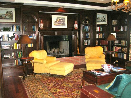 The Bellmoor Inn and Spa: Relaxing library.