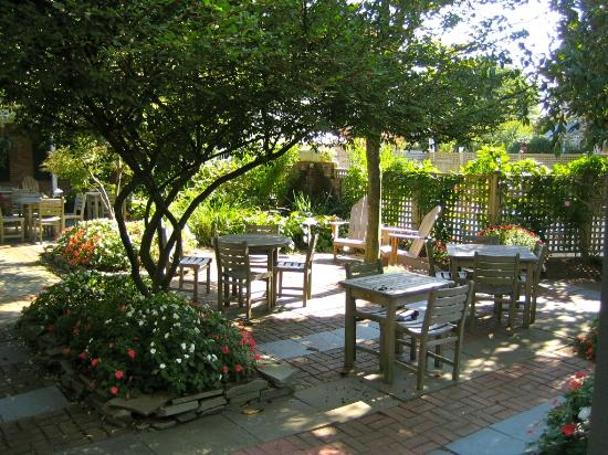 The Bellmoor Inn and Spa: Great patio.