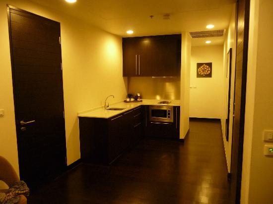 Chatrium Hotel Riverside Bangkok : Küche mit Herd, Mikrowelle und Kühlschrank