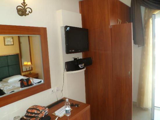 Ionis Art Hotel: tv and docking station