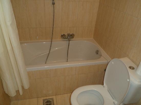 Ionis Art Hotel: bath