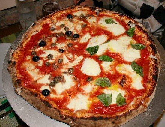 Pizzeria Papa' Ninuccio: iltagliere ( mezza di bufala e mezza di napoli.)