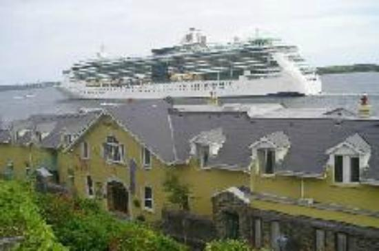 WatersEdge Hotel: Cruise Liners