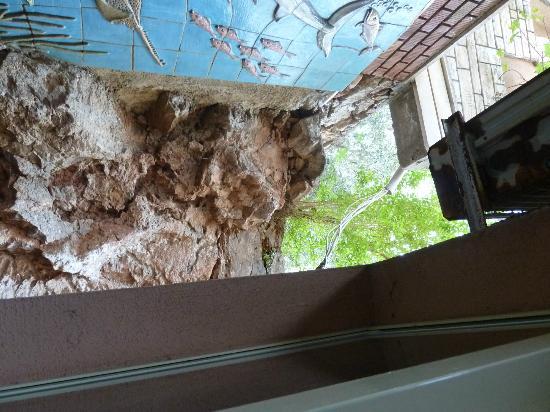 smartline Kaptan: Blick auf Wand und frei hängende Leitungen