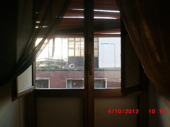 """Hotel Ginevra: Il panorama? : una tavoletta di gabinetto dentro ad un palazzo """"sgarrupato"""" come dicono a Napoli"""