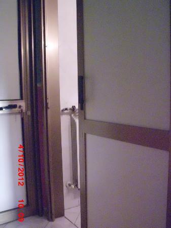 """Hotel Ginevra: La porta d'ingresso del """"bagno"""" ..si apre/chiude a metà."""