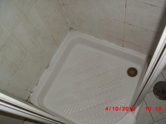 Hotel Ginevra: ...non viene minimamente il desiderio di farsi una doccia!