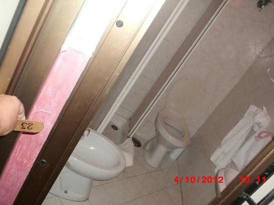 """Hotel Ginevra: """"il bagno""""..mah. No words."""