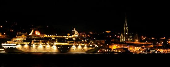 WatersEdge Hotel: View of Cobh Harbour at Night