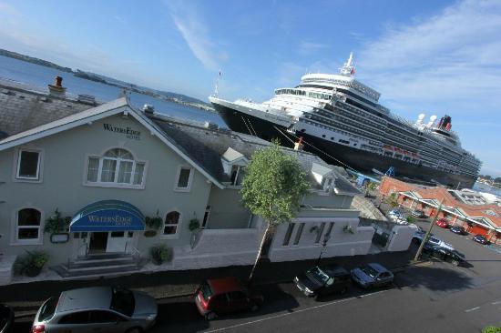 WatersEdge Hotel: Cruise Ship