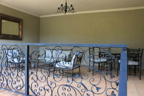 L'Ermitage Franschhoek Chateau & Villas: Spacious private balcony area with comfortable furniture