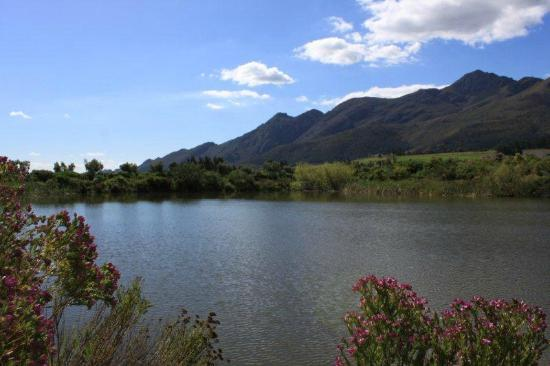 L'Ermitage Franschhoek Chateau & Villas: View of the mountains and lake