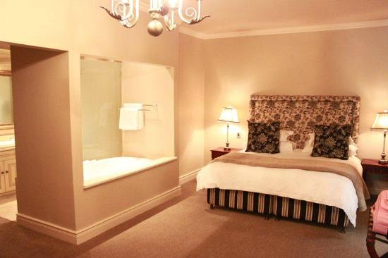 L'Ermitage Franschhoek Chateau & Villas: Clever Bathroom integrated with bedroom design
