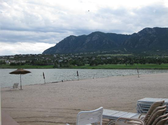 Cheyenne Mountain Resort: The resort beach area