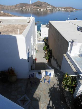 Studios & Apartments Hara: Treppe runter zur Straße und zum Strand