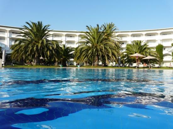 Hotel Palace Oceana Hammamet: Vue de la piscine avec son jardin.