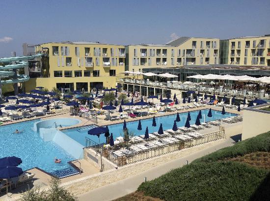 Falkensteiner Family Hotel Diadora: Hotelanlage mit Pool