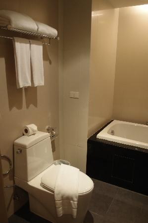 The ASHLEE Heights Patong Hotel & Suites: Bathroom is clean and spacious