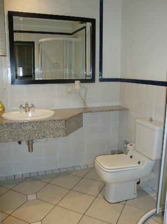 Court Classique Suite Hotel: Banheiro
