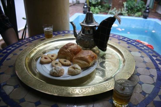 Maison Arabo Andalouse: Tea in the courtyard