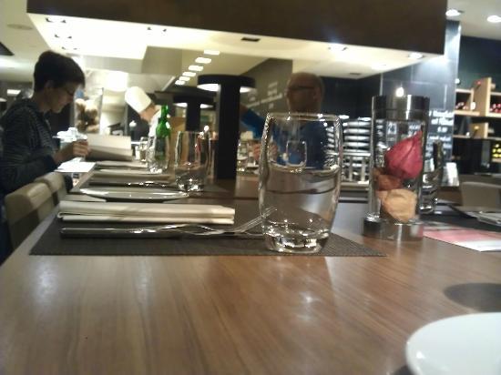Mövenpick Hotel Restaurant: Stylish aber nicht unbedingt gemütlich